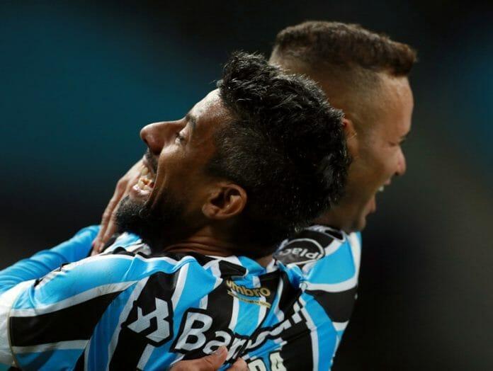 Luan (à esq.) e Léo Moura